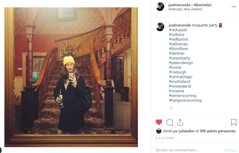 portrait d'une femme dans un miroir devant un escalier