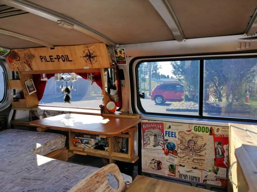 coin decoré dans un van aménagé