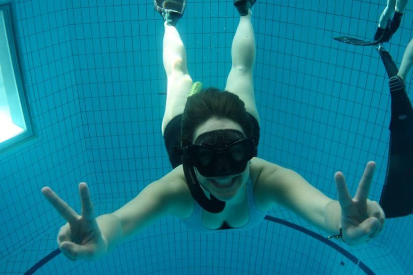 femme dans une piscine avec un masque