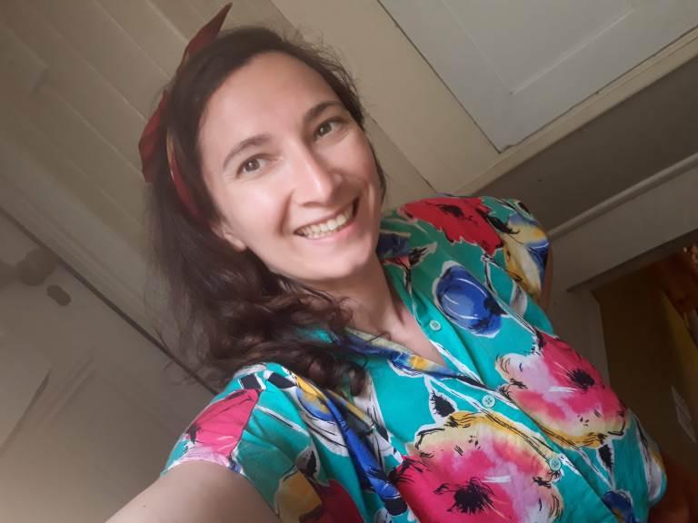 portrait d'une femme avec une chemise colorée