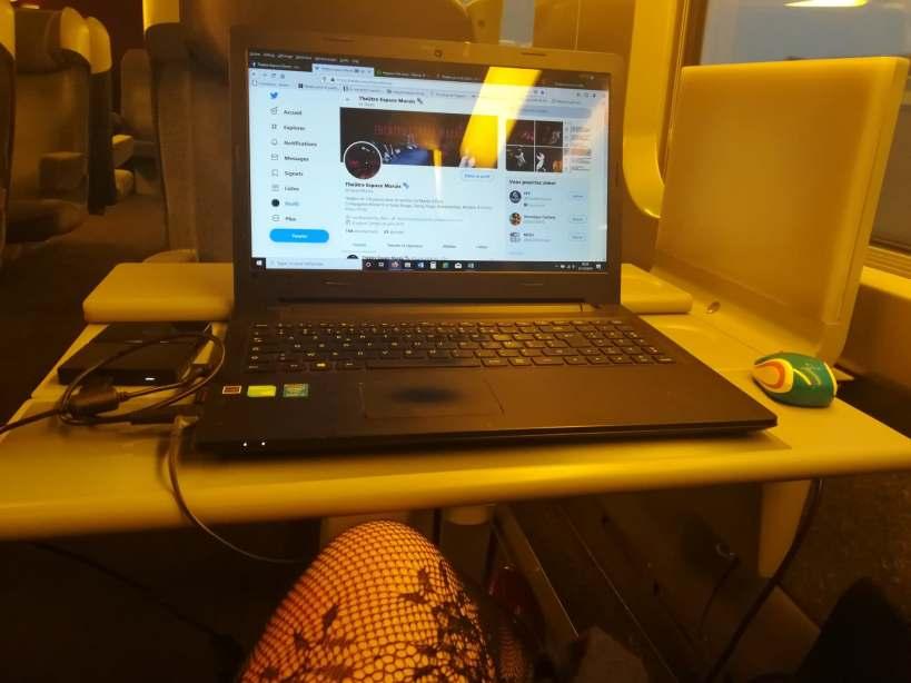 ordinateur posé sur une tablette dans un train