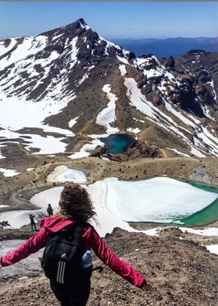 femme randonnée tongariro alpine crossing new zealand