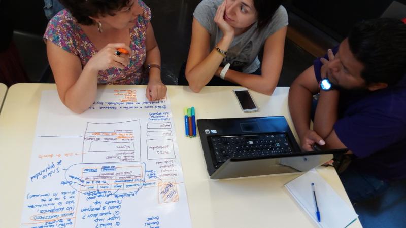 Participantes del taller realizan una ctividad de Ingeniería inversa de Facebook