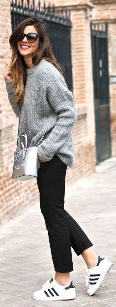Just The Design Le pantalon à pinces est porté avec un gros pull loose et des sneakers pour lui donner un côté plus cool. Le petit sac à main aux formes strictes et à la couleur métallisée est là pour apporter une ouche de féminité à cette tenue.