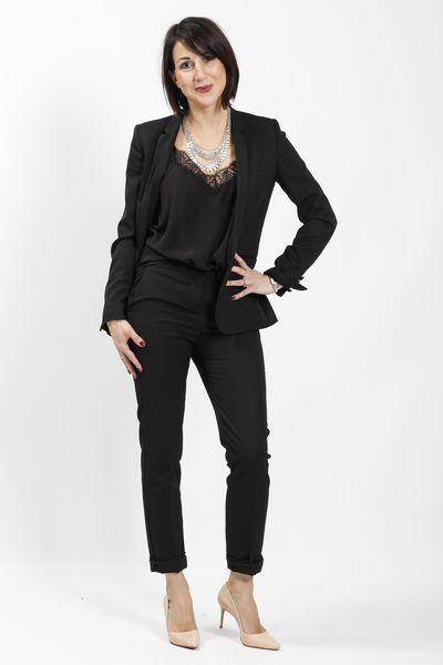 Pantalon masculin noir, caraco soie, blazer, escarpins nude, collier plastron