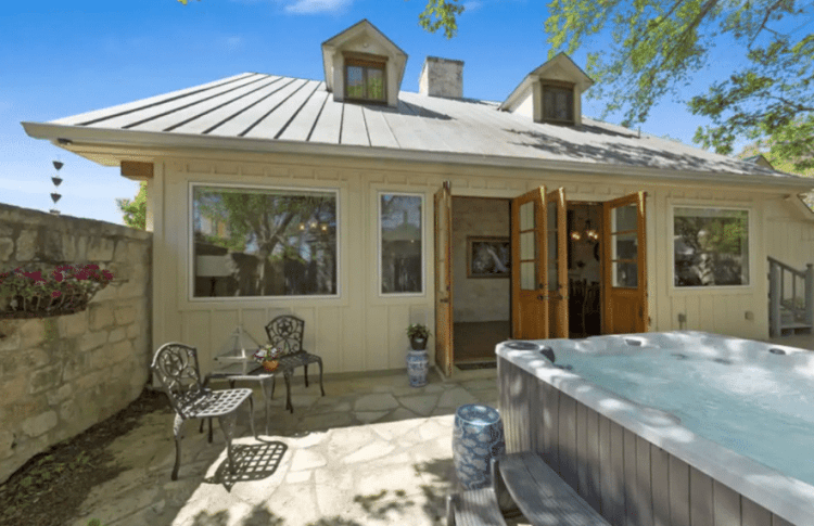 Where to Stay for a Girls Weekend in Fredericksburg with hot tub