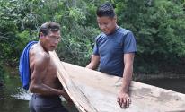 Nuestro instructor en elaboración de bote, Lupercio Grajales, y un estudiante.