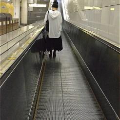 水天宮前駅:以前は東京シティエアターミナルで国際線のチェックインができた。スーツケースを運びやすいように、エスカレータが階段状になっていない。