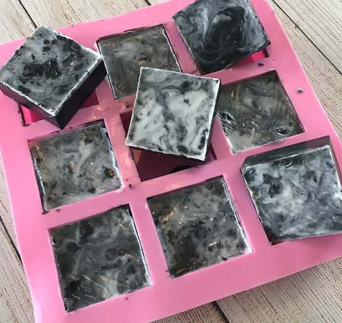 Easy DIY peppermint & charcoal detox soap recipe with peppermint essential oil. Helps increase circulation, unclogs pores, remove impurities, fight acne, and improve the health of your skin. {essential oils for skin, acne, faces, tightening, skincare, Young Living, doTERRA, activated charcoal, melt and pour soap} #essentialoils #essentialoilrecipes #essentialoilDIY #naturalDIY #essentialoilsoap #charcoalsoap #facesoap #charcoalfacesoap #peppermintessentialoil #homemadesoap