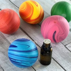 stress ball + essential oils = aromatherapy stress ball -- Easy step-by-step instructions, recipes for 10 calming essential oil blends to use in your homemade aromatherapy stress balls, and ideas to turn them stress balls into great gifts for teachers, busy moms, coaches, kids, and teens. Essential oil gifts, essential oil recipes, essential oil stress relief, essential oils for anxiety, doTERRA, Young Living, DIY stress balls, easy homemade gifts, easy DIY