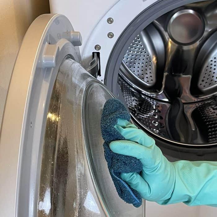 cleaning the door of washing machine