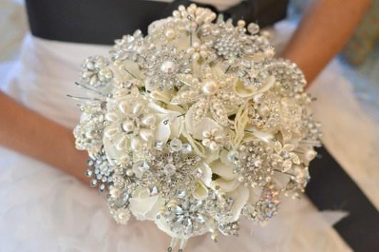 Fehér bross csokor 3 / White brooch bouquet 3 Forrás:http://www.weddingbells.ca