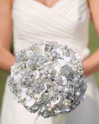 Fehér bross csokor / White brooch bouquet Forrás:http://simplytale.com
