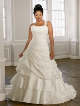 A vonalú plus size menyasszonyi ruha / A -line plus size wedding dress Forrás:http://www.plusfashion.info