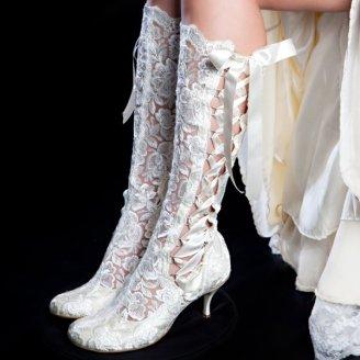 Csipke menyasszonyi csizma / Lace wedding boots Forrás:http://www.cuttingedgebrides.com