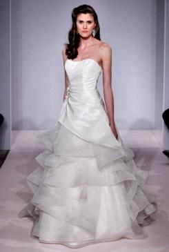 Esmeralda, Henry Roth menyasszonyi ruha /Esmerelda,bridal gown by Henry Roth Forrás:http://www.henryroth.com/
