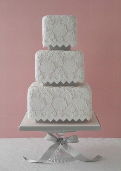 Fehér torta / White wedding cake Forrás:http://flutterflyevents.com