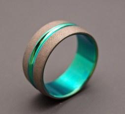 Homokfúvott titánium gyűrű zöld eloxálással , Sandblasted wedding band with anodized green accent Forrás:http://www.etsy.com