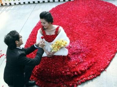 Lánykérés 9999 rózsából készült ruhában / Being proposed in the gown made of 9999 roses Forrás:http://www.ecouterre.com