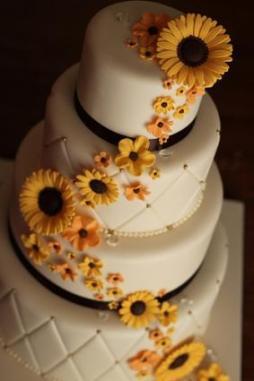 Napraforgós menyasszonyi torta / Sunflower wedding cake Forrás:http://weddings.lovetoknow.com