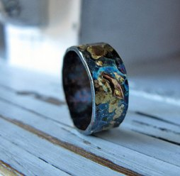 Oxidált ezüst gyűrű arany bevonattal , Oxidised sterling silver band treated with gold Forrás:http://www.etsy.com