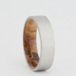 Palládium gyűrű feketekőris belsőrésszel , Palladium wedding band with black ash sleeve Forrás:http://www.etsy.com