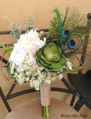 Pávatollas csokor , Peacock bridal bouquet Forrás:http://www.etsy.com