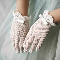 Pöttyös kesztyű 2 / Polka-dots gloves 2 Forrás:www.heartloveweddings.com