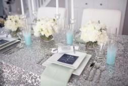 Csillogó ezüst esküvői asztaldekoráció , Silver glitter wedding table decoration Forrás:http://yourtrendystylist.com/