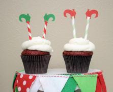 Karácsonyi manóláb cupcake dekoráció , Christmas Elf Leg Cupcake Toppers Forrás:http://www.etsy.com