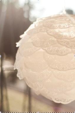Tortacsipkés lampion esküvői dekoráció , Doily latern wedding decoration Forrás:http://www.thehappyhomeblog.com