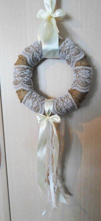 Zsákvászon és csipke esküvői koszorú , Burlap and lace wedding wreath Forrás:www.etsy.com