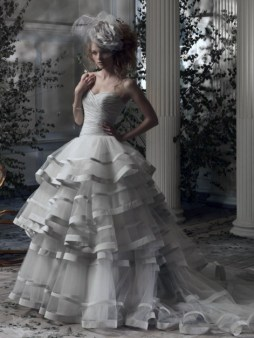 Ian Stuart Frill Me Collection Caracas Forrás:http://www.ianstuart-bride.com/