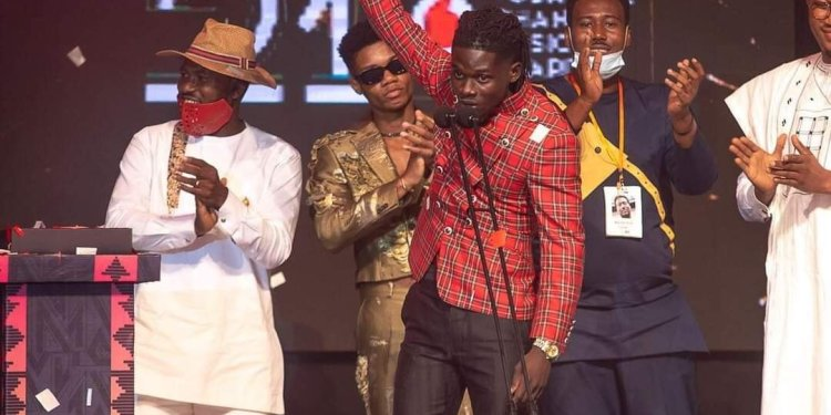 #VGMA21: Kuami Eugene receives Artiste Of The Year plaque