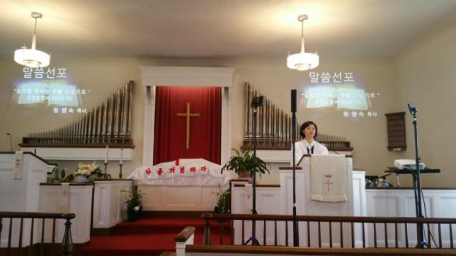 """말씀을 선포 하시는 목사님. """"승리를 주시는 부활 신앙으로"""""""