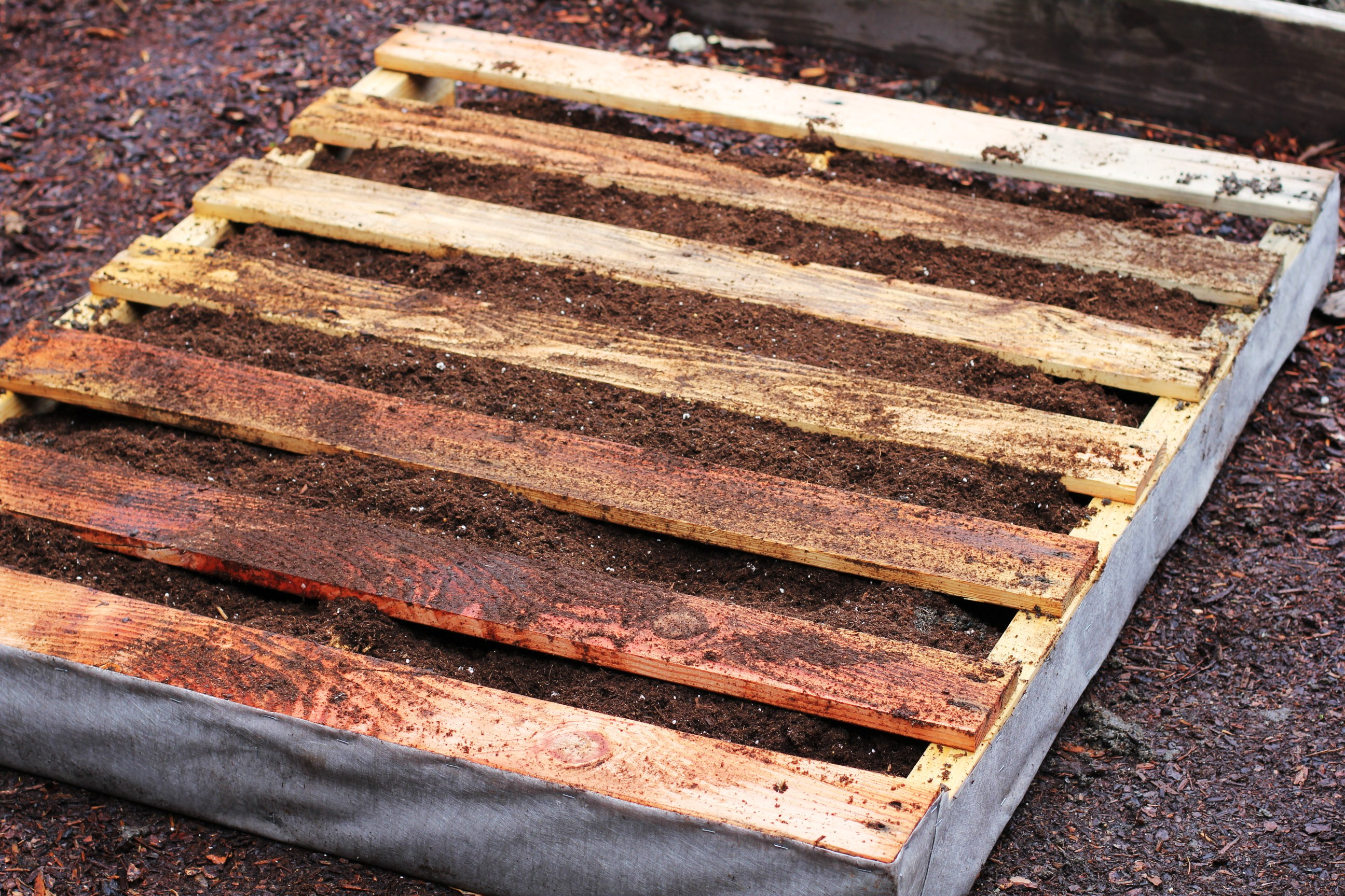 How to Make a Recycled Pallet Vertical Garden - One Hundred Dollars ...