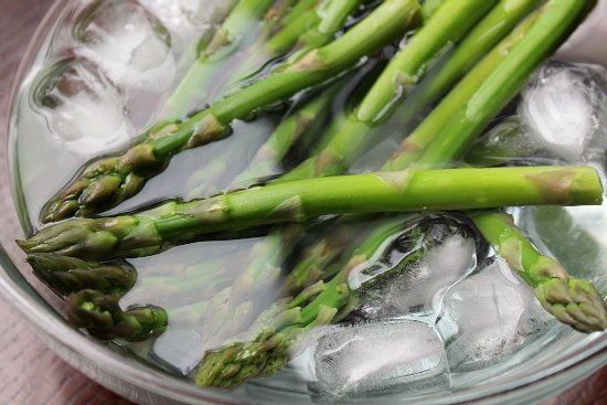 asparagus in ice bath