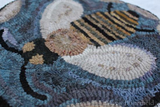 bee rug hooking hooked rug