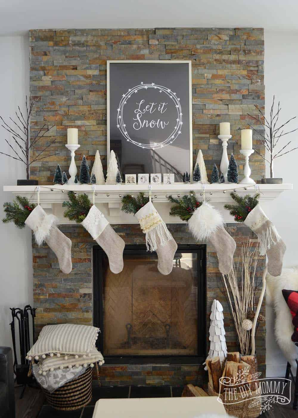 Living Rooms Decorated With Larrge Round Coffee Tables: 30+ Fabulous Christmas Decorated Living Rooms To Inspire