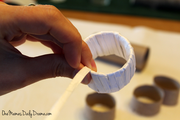 Raffia napkin rings | One Mama's Daily Drama --- You won't believe the craft supply she used to make this!