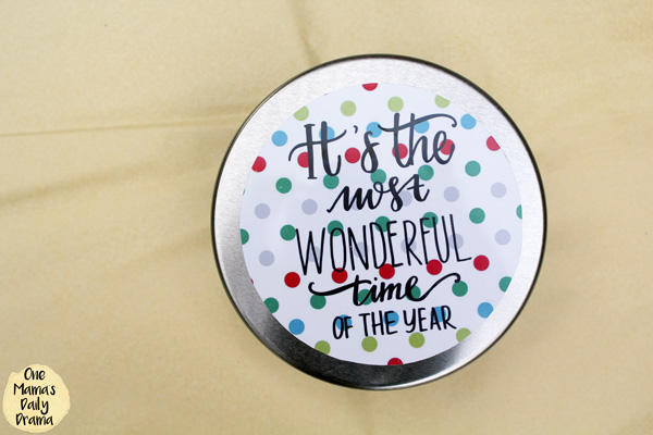 Christmas gift ideas with free printables / Cookie or candy in a tin with a holiday label