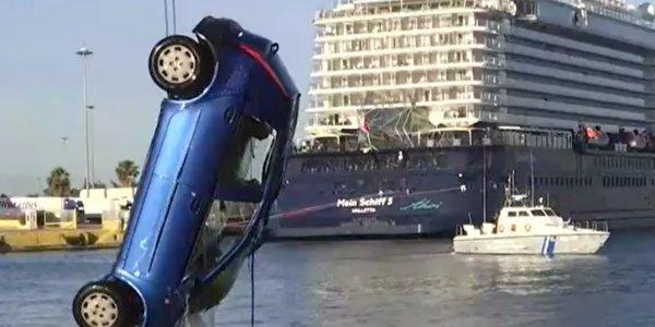 Λιμάνι Πειραιά: Ανδρας χωρίς τις αισθήσεις του μέσα στο αυτοκίνητο που έπεσε στη θάλασσα