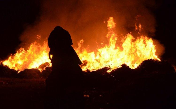 Ολονύκτια επιφυλακή για τη φωτιά σε Εύβοια και Βαρνάβα – Υψηλός κίνδυνος πυρκαγιάς την Κυριακή