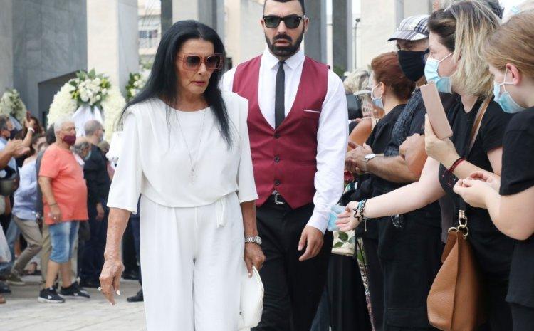 Τόλης Βοσκόπουλος: Ντυμένη στα λευκά η Ζωζώ Σαπουντζάκη «αποχαιρέτησε» τον φίλο της