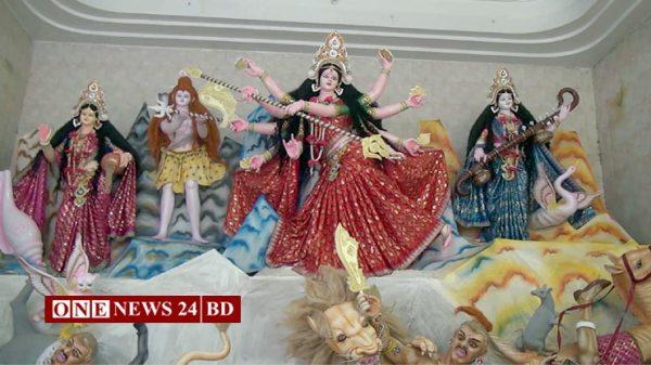 নওগাঁয় শারদীয় দূর্গাপূজোয় শেষ মূহুর্তে ব্যস্ত সময় পার করছেন প্রতিমা গড়ার কারিগররা
