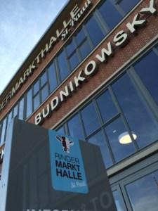 """Tag i Hamborgs svar på Torvehallerne. De ligger i Skt. Pauli og byder på både """"eat here"""" og """"take away"""". Og selvfølgelig også massevis af lækre grøntsager og kødudskæringer."""