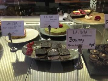 Der er et stort udvalg af raw cakes og sukkerfrie kager. For eksempel matcha te-kage.