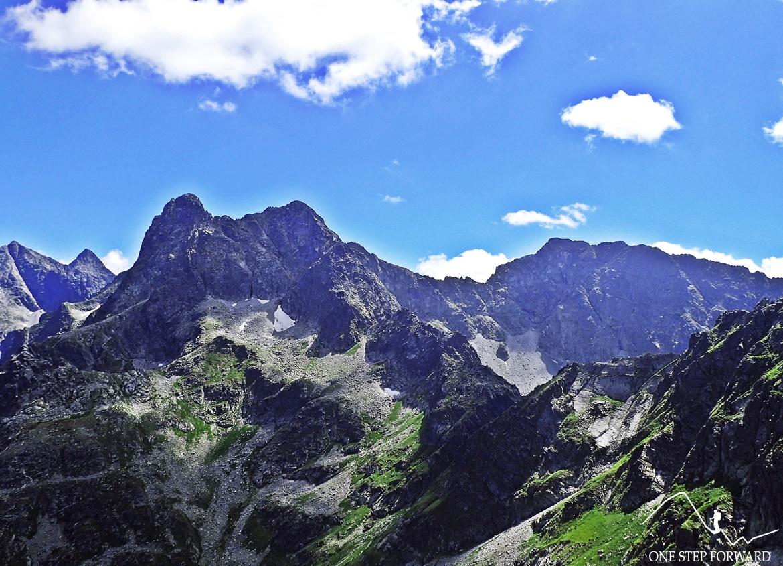 Zbliżenie na Mięguszowiecki Szczyt Wielki (2438 m n.p.m.), Cubrynę (2376 m n.p.m.) oraz Koprowy Wierch (2363 m n.p.m.)