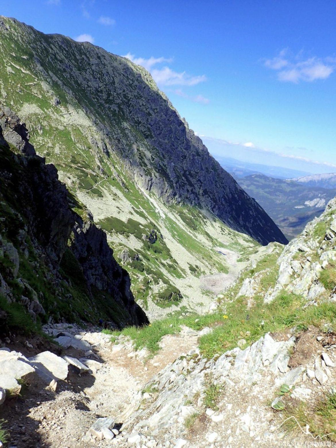 Górna część szlaku na Wrota Chałubińskiego. Musimy pokonać trawiasto - piarżysty żleb