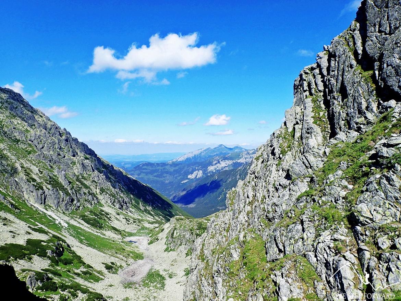 """Po prawej Miedziane (2233 m n.p.m.). W dole widać część """"ceprostrady"""" prowadzącej z Morskiego Oka na Szpiglasową Przełęcz"""
